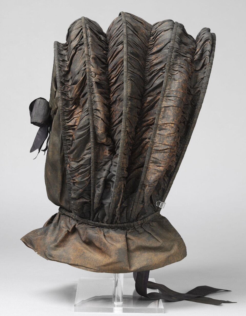 Calash, silk, canvas and cane, 1775–1800, Britain. Museum no. T.1045-1913. Given by Messrs Harrods Ltd. © Victoria and Albert Museum, London